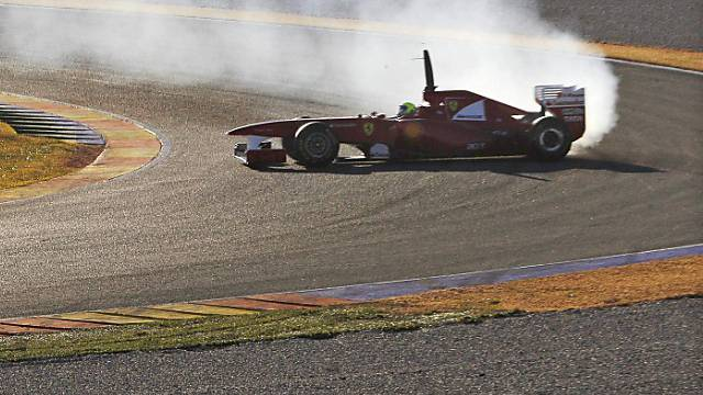 Felipe Massa dreht sich im rauchenden Ferrari