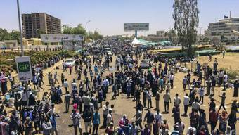 Den dritten Tag in Folge demonstrierten am Montag Tausende Sudanesen in der Hauptstadt Khartum. Sie versammelten sich vor der Zentrale der Streitkräfte.