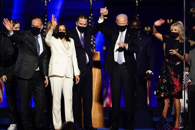 Joe Biden (zweiter von rechts), zusammen mit Sohn Hunter (Mitte), Ehefrau Jill (rechts) und Vizepräsidentin Kamala Harris (Zweite vo links) und ihrem Mann Doug Emhoff bei der Wahlfeier in Wilmington.