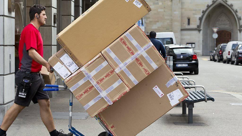 Ob das Paket von einem Pöstler geliefert wird, der ein rotes, schwarzes oder grünes T-Shirt eines Privatunternehmens trägt, oder eines Pöstlers der Schweizer Post: alle werden einem GAV unterstellt, auch wenn für die Privaten ein anderer GAV gilt als für die Schweizer Pöstler.
