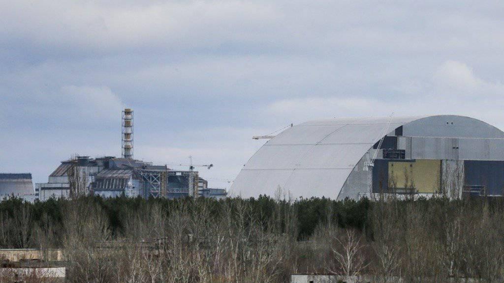 Die gigantische Schutzhülle wird nun über den 330 Meter entfernten Reaktor von Tschernobyl geschoben. (Archiv)