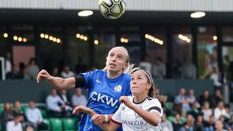 Am Donnerstag spielten die Frauen des FC Luzern und des FC Basel gegeneinander. Die Partie lockte viele Zuschauer nach Kriens. Hier duellieren sich die Luzernerin Irina Pando (link) und Marion Rey.