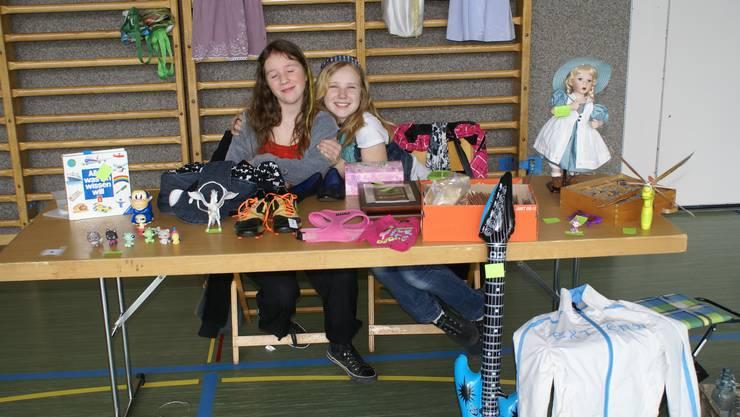 Isabel und Annatina freuen sich über gute Geschäfte.