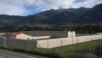 Blick auf die neu gebaute Justizvollzugsanstalt Tignez in Cazis GR: Das Gefängnis soll nach einer Testphase im Januar bis zu 152 Inhaftierte aufnehmen.
