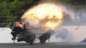 Sébastien Bourdais' Auto fängt nach seinem schweren Unfall im Qualifying zum Indycar-Rennen in Indianapolis Feuer