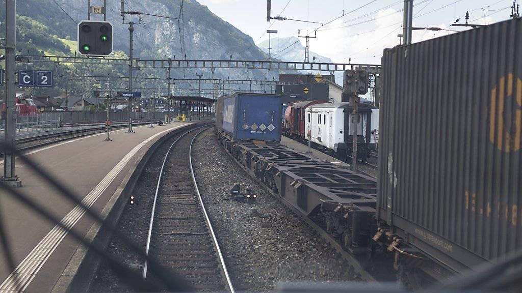In Italien besteigen Flüchtlinge nach deutschen Angaben vermehrt auch Güterzüge, um in Containern oder zwischen Lastwagen nach Deutschland zu gelangen. (Symbolbild)