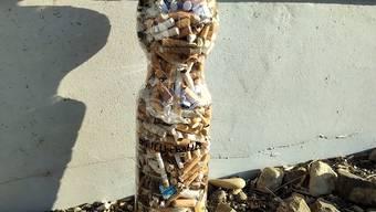 Nach eine halben Stunde war die 1,5-Liter-Flasch gefüllt mit Zigarettenstümmeln