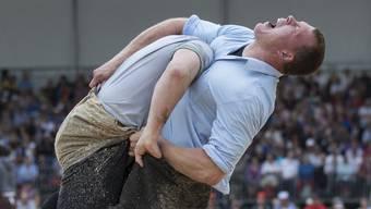 Matthias Sempach, rechts, schwingt gegen Bernhard Kaempf im 2. Gang, am Sonntag, 10. August 2014 beim Berner Kantonalen Schwingfest in Saint-Imier. (KEYSTONE/Peter Klaunzer)