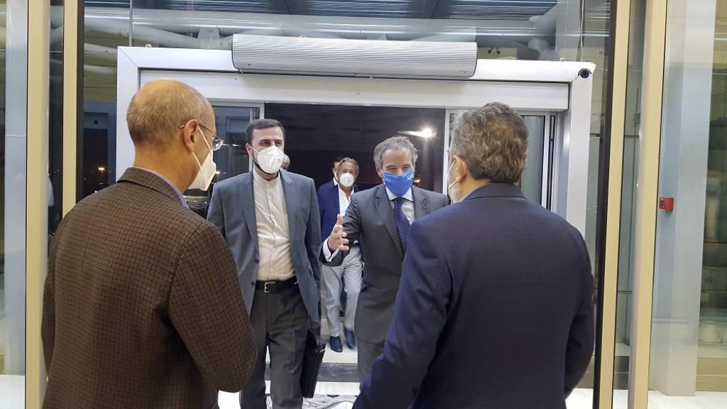 Rafael Mariano Grossi (2r), Generaldirektor der Internationale Atomenergiebehörde (IAEA), wird von Behrouz Kamalvandi (r), dem stellvertretenden Leiter der Atomenergie-Organisation des Irans, begrüßt. Foto: Uncredited/Atomic Energy Organization of Iran via AP/dpa - ACHTUNG: Nur zur redaktionellen Verwendung und nur mit vollständiger Nennung des vorstehenden Credits