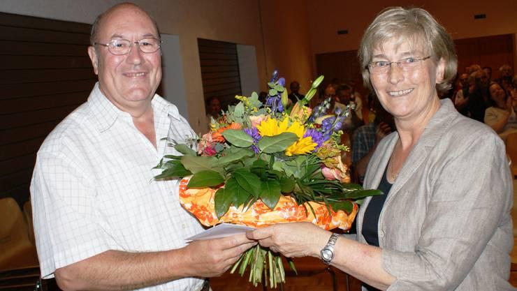 Verabschiedung: Gemeindeammann Brunette Lüscher dankt dem ehemaligen Gemeindeschreiber und Leiter der Einwohnerkontrolle, Robert Kaiser, für seinen grossen Einsatz. Ende Mai war er in Pension gegangen. (ach)