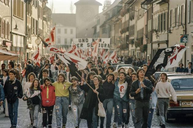Die Laufentaler Bewegung feiert zusammen mit autonomen Südjurassiern, die ebenfalls auf das Recht für einen Kantonswechsel hoffen, den Entscheid ausgelassen in den Strassen des Hauptorts Laufen
