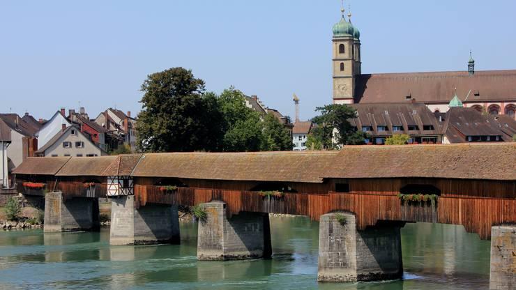 Den Rhein gedeckt überqueren.