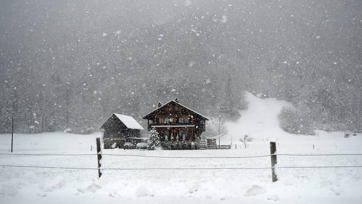 Auf einen Schlag tiefer Winter in der Schweiz.