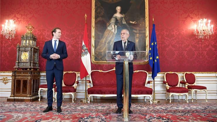 Maria Theresia (im Hintergrund, in Öl) wacht über Präsident Van der Bellen (darunter) und Sebastian Kurz. Bild: APA/Key (Wien, 7. Oktober 2019)