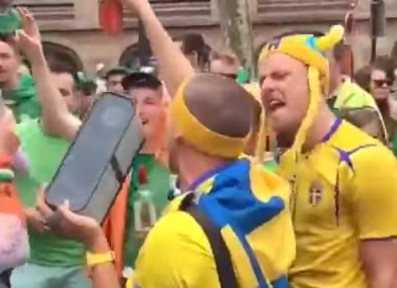 Irische und schwedische Fussballfans feiern gemeinsam.