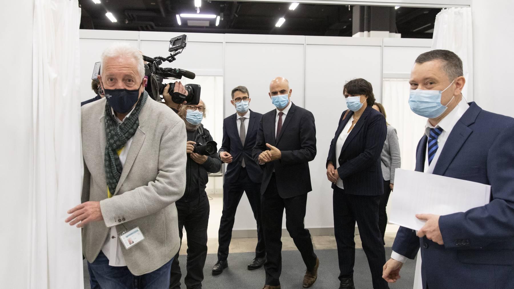 Bundesrat Alain Berset und Regierungsrat Lukas Engelberger (hinten links) eröffnen am Montag das Basler Impfzentrum.