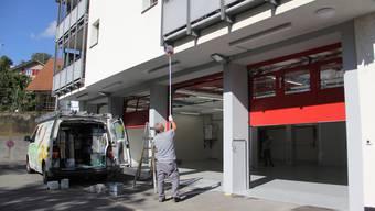 Das Feuerwehr-Magazin in Umiken wird reaktiviert. Gestern Nachmittag wurde es noch geputzt.