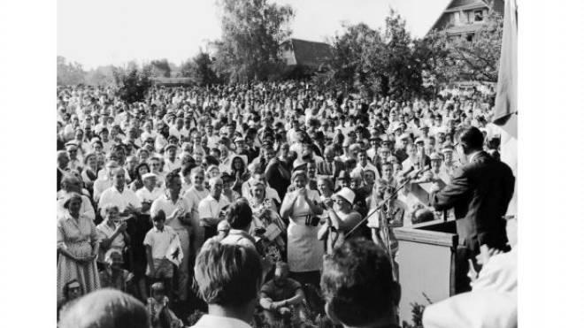 James Schwarzenbach während seiner Feierrede am 1. August 1970 in Sempach. Foto: Keystone