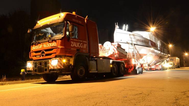 Sonderbarer Sondertransport: Die MS Oberhofen wurde in der Nacht auf Dienstag durchs Baselbiet chauffiert.