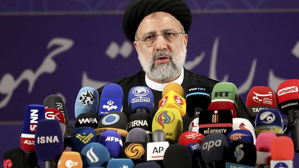 Ebrahim Raeissi, Chef der Justizbehörde des Irans, spricht mit Pressevertretern nachdem er sich als Kandidat für die Präsidentschaftswahlen registriert hat. Foto: Ebrahim Noroozi/AP/dpa