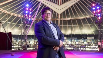 Zirkuspfarrer Adrian Bolzern in der Manege des Circus Gasser Olympia. Im Rampenlicht fühlt sich der 38-Jährige wohl.