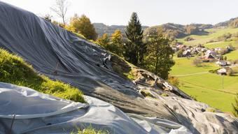 Drei Monate nach dem Untwetter: Der Bottenwiler Landwirt Thomas Hunziker zeigt den abgerutschten Hang.