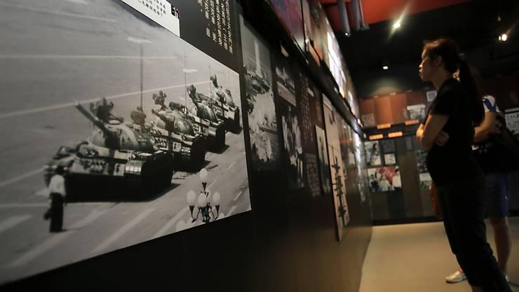 """Der Fotograf Charlie Cole, der mit dem berühmt gewordenen Foto des """"Tank Man"""" die Niederschlagung der Proteste auf dem Pekinger Tiananmen-Platz im Jahr 1989 dokumentierte, ist im Alter von 64 Jahren gestorben."""