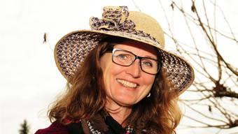 Die abtretende Einwohnerratspräsidentin Ariane Gregor mit ihrem Strohhut, den sie zum Abschied geschenkt bekommen hat. Toni Widmer