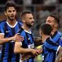 Inters Marcelo Brozovic (Mitte) freut sich mit seinen Teamkollegen über den 1:0-Führungstrefferr in der 21. Minute