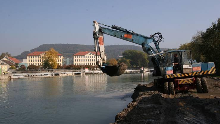 Die Reuss wird nach dem Hochwasser 2005 ausgebaggert