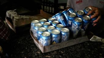 In Venezuela stellt die grösste Bierbrauerei ab sofort die Produktion des Polar-Biers ein. Grund ist Gersten-Mangel. (Archivbild)