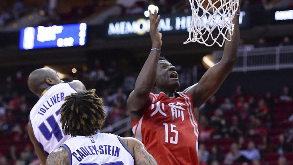 Houstons Center Clint Capela erzielt zwei seiner insgesamt zwölf Punkte im Spiel gegen Sacramento