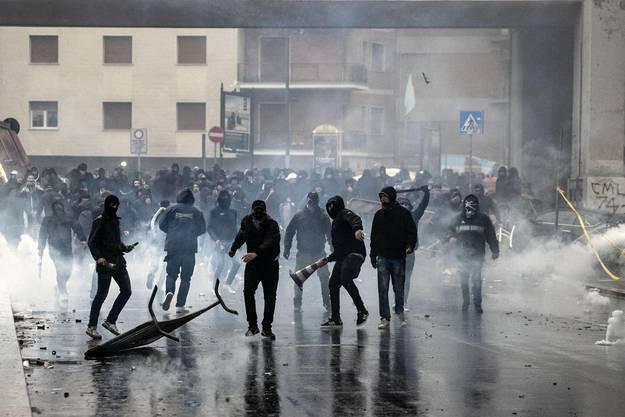 Vor dem Spiel waren des die Lazio-Fans, die sich mit der Polizei eine wilde Strassenschlacht lieferten.