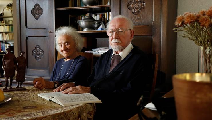 Alban Roetschi mit Ehefrau Margrit im letzten Sommer in ihrer Wohnungder Seniorenresidenz Dörfli.