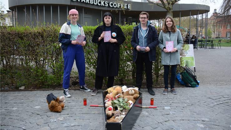 Emma Würtenberg, Cybel Dickson, Sandro Covo und Sofie Kamber bei der Aktion.