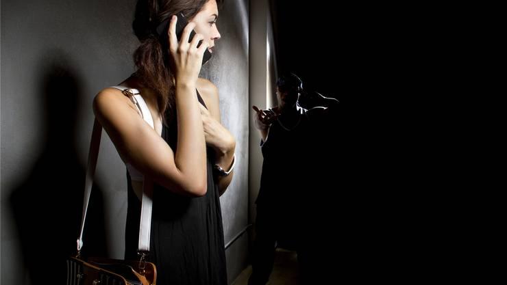 Die Nächte werden wieder länger: Wer allein durch die Dunkelheit muss, soll sich dank des Telefons sicher fühlen.Fotolia