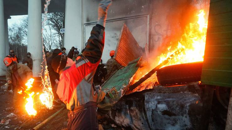 Demonstranten schmeissen Molotovcocktails