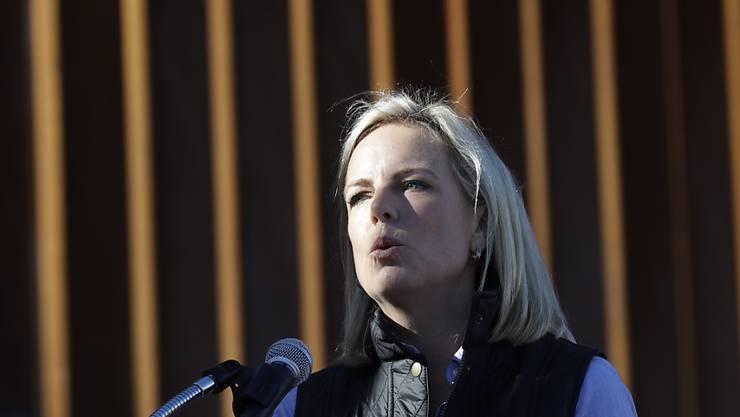 US-Heimatschutzministerin Kirstjen Nielsen spricht vor der Grenzmauer zu Mexiko in Calexico im US-Bundesstaat Kalifornien. (Archivbild)