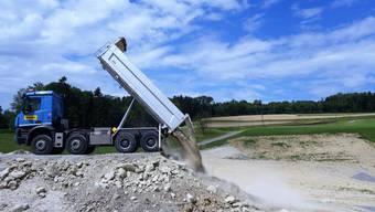 Der erste Lastwagen mit der ersten Ladung sauberem Aushubmaterial in der neu eröffneten Deponie Babilon in Dietwil.