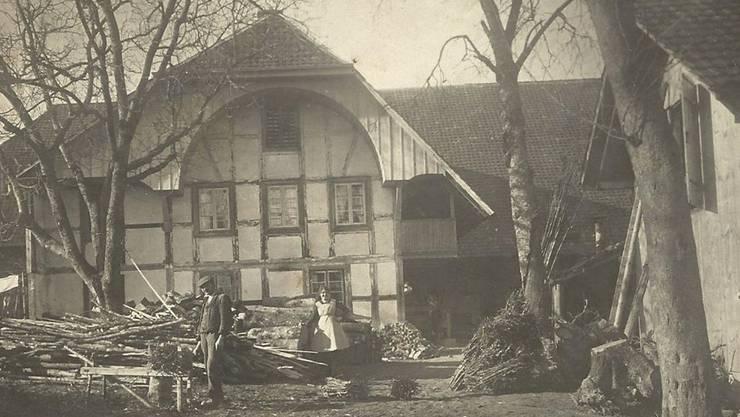 Die Besitzerfamilie Strausak/Glauser vor dem 1985 abgerissenen Biedermeier-Stöckli der alten Schmitte.