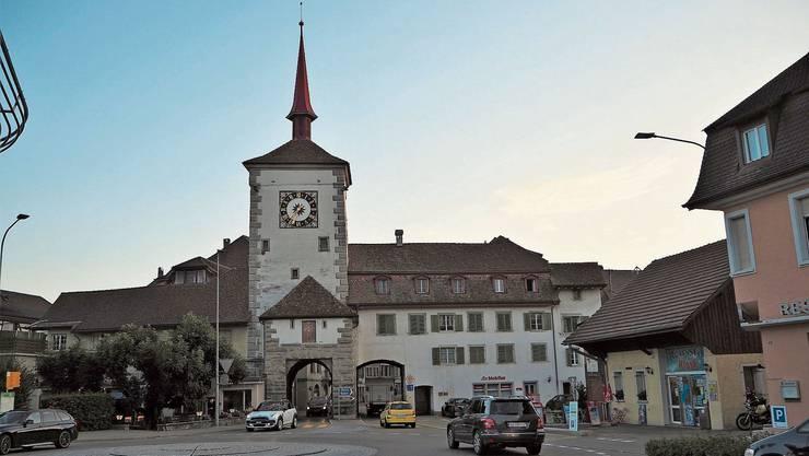 Ortsbild von nationaler Bedeutung: Die Fahrt durch das Lenzburgertor wird für Autos künftig nur noch rechts möglich sein.