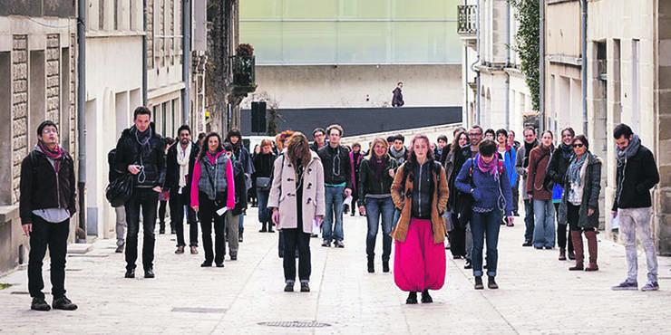etwa mit der Stadt-Performance «Walking the City».