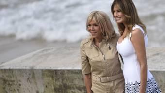 Brigitte Macron (l), hier im August 2019 zusammen mit Melania Trump (r) auf dem Gipfel der G7 in Biarritz, hat sich entschieden, wieder als Lehrerin tätig zu sein. (Archiv)