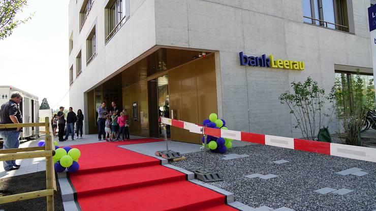 Vor dem neuen Leerau Zentrum hatte die Bank am Samstag für die Bevölkerung den roten Teppich ausgelegt.
