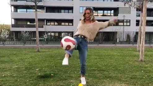 Adela Smajic versucht für den FCB-Mitglieder zu werben