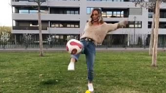 Adela Smajic versucht sich für den FC Basel als Kickerin.