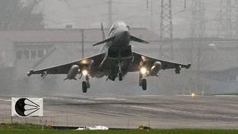 Er hebt bei den Kandidatentests in Payerne VD als erster ab: der Eurofighter Typhoon - hier ein Exemplar der deutschen Luftwaffe beim Testflug auf dem Flugplatz Emmen LU. (Archivbild)