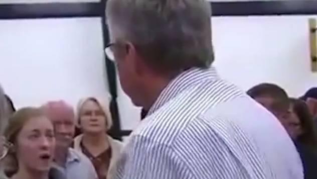 Die 19-jährige Studentin Ivy Ziedrich diskutiert mit Jeb Bush.