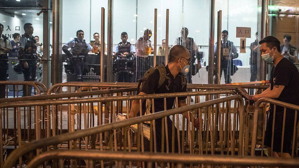 Die Polizei in Hongkong hat Demonstranten am Samstag vor der weiteren Besetzung ihres Hauptquartiers gewarnt.