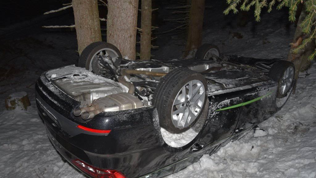 Ein mit Sommerpneus bestücktes Auto ist am Heinzenberg von der Strasse abgekommen und auf dem Dach gelandet. Eingelöst war das Fahrzeug nicht.